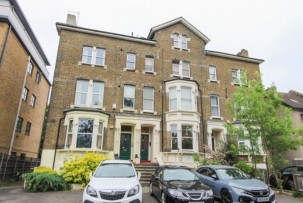 Apartment to Let  in Croydon